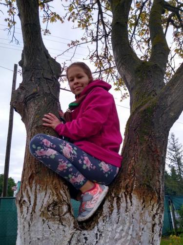 007 Laura - lezenie na strom (Pohybov)