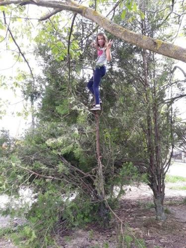 032 Maťka - lezenie na strom (Pohybov)